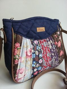 Bolsa feita de tecido de algodão e lona quiltada. Alça transversal e  detalhes em couro ecológico. 5fe9be50839