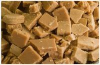 Easiest Microwave Fudge ever! and it's from a South African website. only 4 ingredients: 1 can full cream condensed milk, 100 g margarine, 500 ml castor sugar, 5 ml vanilla essence. make it in the microwave Easy Microwave Fudge, Microwave Recipes, Cooking Recipes, Easy Fudge, Vanilla Fudge, Kos, Brown Sugar Fudge, South African Recipes, South African Fudge Recipe