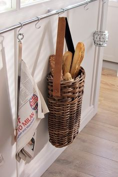 ideas for bread basket wire kitchens Willow Weaving, Basket Weaving, Upcycled Home Decor, Basket Decoration, Home And Deco, Wicker Baskets, Rattan, Home Accessories, Farmhouse Decor