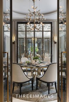 Get inspired by these dining room decor ideas! From dining room furniture ideas, dining room lighting inspirations and the best dining room decor inspirations, you'll find everything here! Dining Room Table Decor, Elegant Dining Room, Luxury Dining Room, Decoration Table, Dining Room Design, Dining Room Furniture, Room Decor, Dining Room Modern, Dining Tables