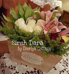 Sire Dara / Sireh Junjung Floral Arrangements, Flower Arrangement, Akad Nikah, Wedding Decorations, Table Decorations, Wedding Planning, Wedding Ideas, Bunga Pahar, Wedding Accessories