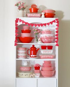 Pink and red pyrex display 😍❤💕 Vintage Kitchenware, Vintage Dishes, Vintage Glassware, Vintage Pyrex, Vintage Tins, Vintage Ideas, Red Kitchen, Kitchen Decor, Kitchen Layout