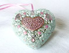 @TresorsDuMonde.ca partage: Herz Wanddeko Türschmuck Mosaik Herz  Wunderschönes Herz, besetzt mit Schmuck und Mosaiksteinen. Diese glitzernde Herz Deko ist ein traumhafter Eyecatcher an einem Regal, Tür, Fenster oder zu verwenden als Tischdeko.