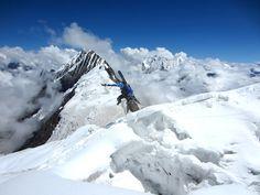 """Mountain top: Der Manaslu ist (8100 m) der achthöchste Berg der Erde und liegt in Nepal/Himalaya. Wir begleiten in unserer Doku-Reihe """"Bergwelten"""" Extremsportler auf ihren Touren."""