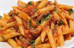 How to make Penna Arrabiata - Penne Arrabiata Description of ingredients and recipe for pasta making. Noodle Recipes, Pasta Recipes, Salad Recipes, Penne Arrabiata, Baked Spaghetti Pie, Turkish Recipes, Ethnic Recipes, Buttered Noodles, Pasta Bake