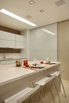 Mais parece um painel decorativo a porta que separa a cozinha da lavanderia