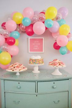 Celebrate every occasion with this easy DIY balloon garland tutorial! These party balloon decorations are so fun and festive! Simple Balloon Decoration, Balloon Arch Diy, Balloon Decorations Party, Birthday Party Decorations, Rainbow Balloon Arch, Birthday Garland, 1st Birthday Balloons, First Birthday Parties, Sleepover Birthday Parties
