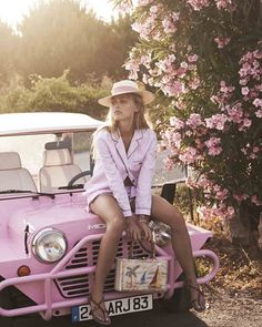 On Wednesday's we wear pink: Find THE perfect pink fashion staple Shooting Photo Vintage, Moda Rock, Chica Cool, We Wear, How To Wear, Photo Portrait, Mode Vintage, Vintage Vogue, Vintage Pink