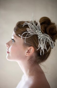 Silk chiffon feathers give this hair clip such a delicate yet fun feeling!