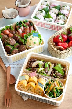 Bento Picnic lunch with onigiri, stuffed peppers, wrapped asparagus, omelette rolls, and beef with veggies. Picnic Lunches, Picnic Foods, Picnic Recipes, Sandwich Recipes, Cute Food, Good Food, Yummy Food, Bento Kawaii, Comida Picnic