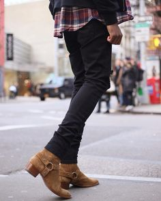 It's the clothes, not those boots. Ysl Boots, Harry Styles, Outfits Hombre, Mein Style, Fashion Moda, Fashion News, Men's Fashion, Only Shoes, Best Mens Fashion