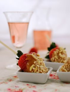 salted caramel dipped strawberries & pink moscato ~ a romantic date night dessert!