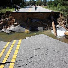 Una strada crollata a causa del passaggio dell'uragano Matthew, a Fayetteville, in North Carolina