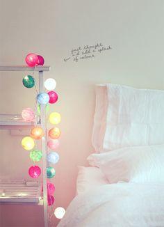 Accrochez simplement une guirlande lumineuse le long du lit. Trés féminin et joyeux !