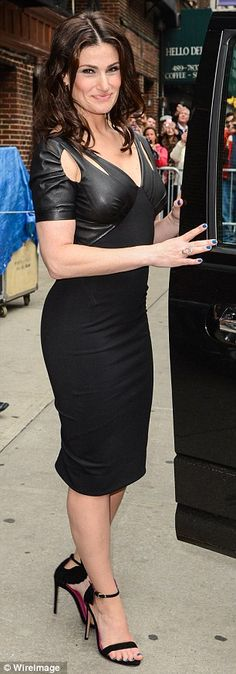 Idina before appearing on the David Letterman Show. Love the dress! The material reminds me of her tight smokin' hot rubber/leather pants in Rent! Woo!