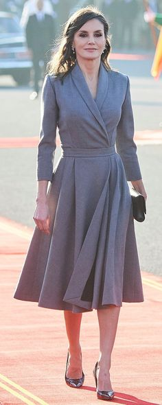 King Felipe VI and Queen Letizia traveled to the Kingdom of Morocco for a two day state visit. Queen Letizia wore a grey shawl collar dress. Couture Mode, Couture Fashion, Modest Outfits, Chic Outfits, Dress Skirt, Dress Up, Casual Chique, Royal Dresses, Vintage Mode