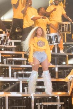 Yellow hoodie featuring a Beyoncé coat-of-arms patch embroidered on the front. Estilo Beyonce, Beyonce Style, Queen Bee Beyonce, Beach Costume, Beyonce Coachella, Homecoming Outfits, Singer Fashion, Yellow Hoodie, Famous Stars
