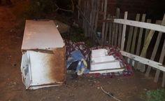 Corpo de um jovem é encontrado dentro de geladeira: Policiais foram acionados por testemunhas que viram homens abandonando um geladeira na…