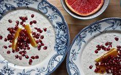 5 nyttiga frukostar som kickar igång morgonen. Special gröt med havregryn, kvarg, dadlar, vaniiljsocker och mjölk.  Receptet hittar du här:  http://nyheter24.se/modette/mode/787596-5-nyttiga-frukostar-som-kickar-igang-morgonen  Special oatmeal with pomegranate - modette.se