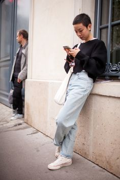 They Are Wearing: Paris Fashion Week Spring 2017 Street style at Paris Fashion Week Spring 2017 Street Style Vintage, Street Style 2017, Street Style Women, Street Styles, Look Fashion, Spring Fashion, Paris Fashion, Street Fashion, Mode Outfits