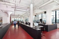 Boden in Farbe als schöner Kontrast (the 601 Starrett-Lehigh, NYC.  Manufacturing Creativity.  Coworking space is future!)