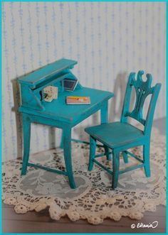 Tällaisia kirjoituspöytiä tein taannoin tehtyjen tuolien kaveriksi.  Markkinakoriin nämäkin.