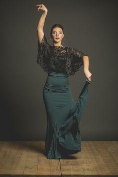 Flamenco skirt very confortable for flamenco lessons, flamenco shop online. Falda flamenca ideal para clases con godets y fajin. Flamenco Costume, Flamenco Skirt, Flamenco Dancers, Spanish Fashion, Grey Pencil Skirt, Romper With Skirt, Ballroom Dress, Dance Outfits, Dance Wear