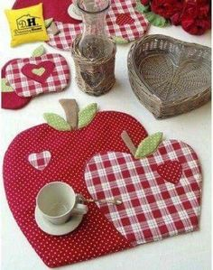 We sew apples for kitchen in style a patchwork Table Runner And Placemats, Quilted Table Runners, Mug Rug Patterns, Sewing Patterns, Bear Patterns, Quilting Projects, Sewing Projects, Fabric Crafts, Sewing Crafts