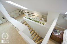Dom pod Konstancinem w wakacyjnych klimatach - Duża sypialnia małżeńska na poddaszu na antresoli, styl minimalistyczny - zdjęcie od Chałupko Design