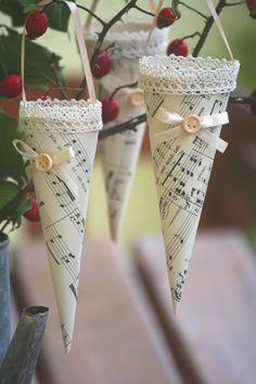 Music Sheet/Lace Christmas Tree Ornament | http://kiflieslevendula.blogspot.com/2011/10/karacsonyi-dekoracio-kottapapirbol.html