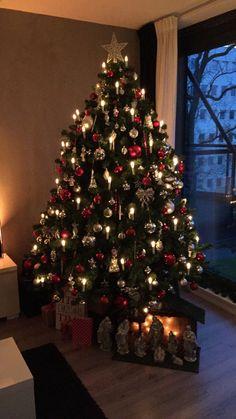 Kerstboom 2015! Decoratie kerst rood en zilver Modern Christmas Decor, Christmas Interiors, Beautiful Christmas Trees, Christmas Mantels, Christmas Scenes, Christmas Mood, Elegant Christmas, Merry Christmas And Happy New Year, Christmas Tree Decorations