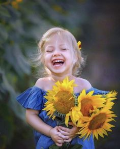 ПРИВЕТ, ЖИЗНЬ ! — Фото | OK.RU Girl Photography, Children Photography, Sunflower Field Pictures, Sunflower Pics, Cute Kids, Cute Babies, Great Smiles, Sunflower Fields, We Are The World