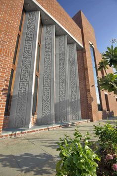 Ajay Patel Residence | Dipen Gada & Associates Bungalow House Design, Modern House Design, Mosque Architecture, Architecture Design, Building Facade, Building Design, Facade Design, Exterior Design, Indian Home Design