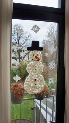 Fensterdekoration für den Winter basteln | dattelbeere.de Jameson Irish Whiskey, Christmas Wreaths, Xmas, Types Of Cancers, Sustainable Energy, Engagement Ring Cuts, Wind Chimes, Crafts For Kids, Old Things