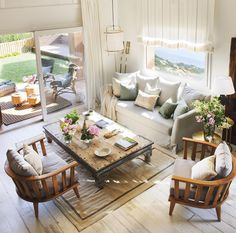 011 DSC1913-2a. Salón con dos sillones de madera y una gran mesa de centro antigua sobre una alfombra beige_ 011 DSC1913-2a