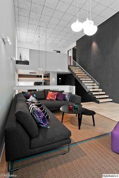 olohuone,portaat,portaikko,sohva,oleskelutila,asuntomessut,koristetyynyt,matto,sohvapöytä,sisustustyynyt,harmaa,moderni,skandinaavinen,avokeittiö,tyylikäs,koriste-esineet,korkea huone