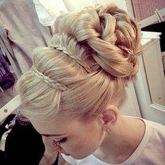 Este estilo de peinados de novia es ideal para los rostros ovalados. Trenza francesa recogida. #peinados
