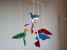Mit dieser Vorlage und Anleitung ein buntes Vogel Mobile basteln. Die Kids…