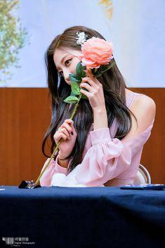 Yein (Lovelyz) Kpop Girl Groups, Kpop Girls, Korean Girl, Asian Girl, Yein Lovelyz, Fan Signs, Woollim Entertainment, Korean Music, Sweet Girls