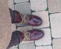 Esto dice Sara: Las botas son de Alpe, recuerdan a las Dr Martens de antaño. Cuanto más las uso más bonitas se ponen