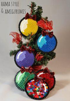 Bolas originales para adornar el árbol de navidad, hechas por el juego de cuentas Hama Beads o Pyssla.