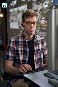 112997_0697b Ncis Los Angeles, The Night Is Young, Popular Shows, Show Photos, Photo Quotes, Great Movies, Movies And Tv Shows, Hollywood, American Actors