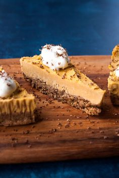 No Bake Pumpkin Pie (Vegan! This super simple No Bake Pumpkin Pie is paleo vegan gluten free and perfect for your Thanksgiving table! Healthy Dessert Recipes, Gluten Free Desserts, Healthy Desserts, Raw Food Recipes, Fall Recipes, Whole30 Recipes, Healthy Food, No Bake Pumpkin Pie, Vegan Pumpkin Pie