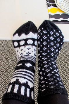 HAH: Marimekko-sukat Mittens Pattern, Knitting Socks, Hand Knitting, Knitted Hats, Knitting Videos, Knitting Charts, Knitting Projects, Knitting Patterns, Socks