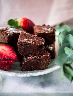 Tämän tahmaisempaa vegaanisten brownieiden reseptiä saa hakea! Täydelliset ja superhyvät vegaaniset browniet - salainen resepti nyt täällä.