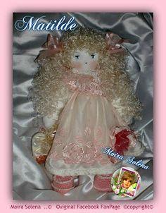 MATILDE Bambola con arti flessibili, occhi in cristallo swarovski h cm 42, cuciture nascoste, scarpine e rifiniture lavorate ad uncinetto. PIZZO PREGIATO...profumata al borotalco. CUCITA A MANO CON AGO E FILO.