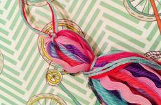 Como hacer una borla. DIY fácil y rápido! / Soy un Mix! Fabric Beads, Bijoux Diy, Diy Paper, String Bikinis, Tassels, Textiles, Baby Shower, Sewing, Crafts