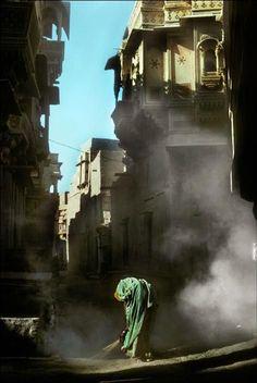 Woman brushing her path, Jaisalmer, India, 1976 - Harry Gruyaert Magnum Photos, Outdoor Photography, Color Photography, Street Photography, Jaisalmer, Famous Photos, Street Portrait, School Photos, Landscape Illustration
