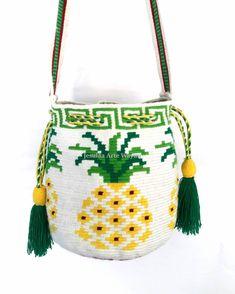 Combinanos lo contemporaneo con lo tradicional, mini mochila Wayuu  con diseño de la piña rematado con un diseño geometrico Wayuu. Trabajo… Tapestry Bag, Tapestry Crochet, Mini Mochila, Bucket Bag, Crochet Patterns, Crochet Bags, Knitting, Instagram, Videos