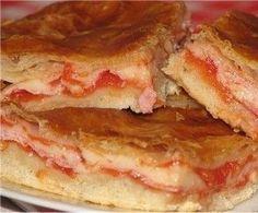 La pizza parigina è una ricetta tipica della cucina napoletana. Una via di mezzo tra una pizza e un rustico con un ripieno gustoso.